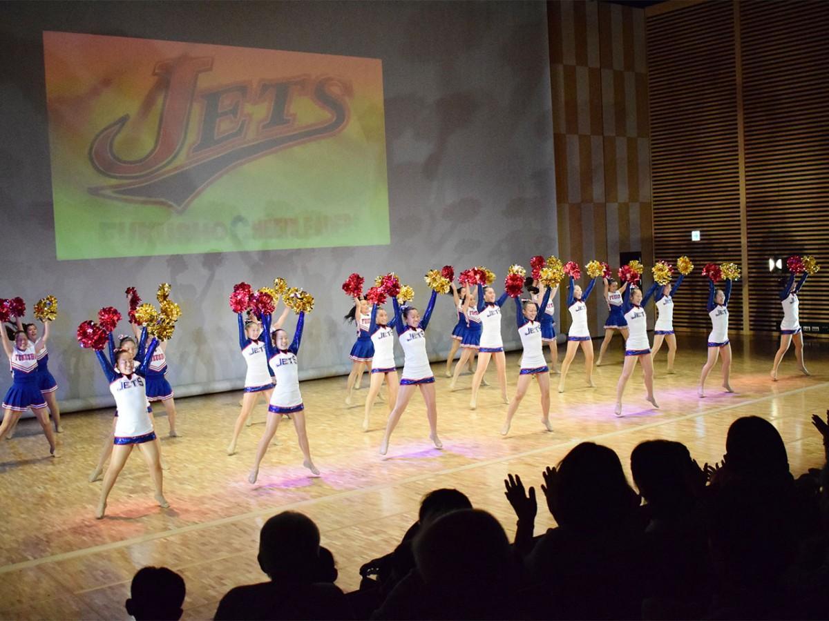 サンボマスターの曲をバックにダンスを披露する「JETS」メンバー