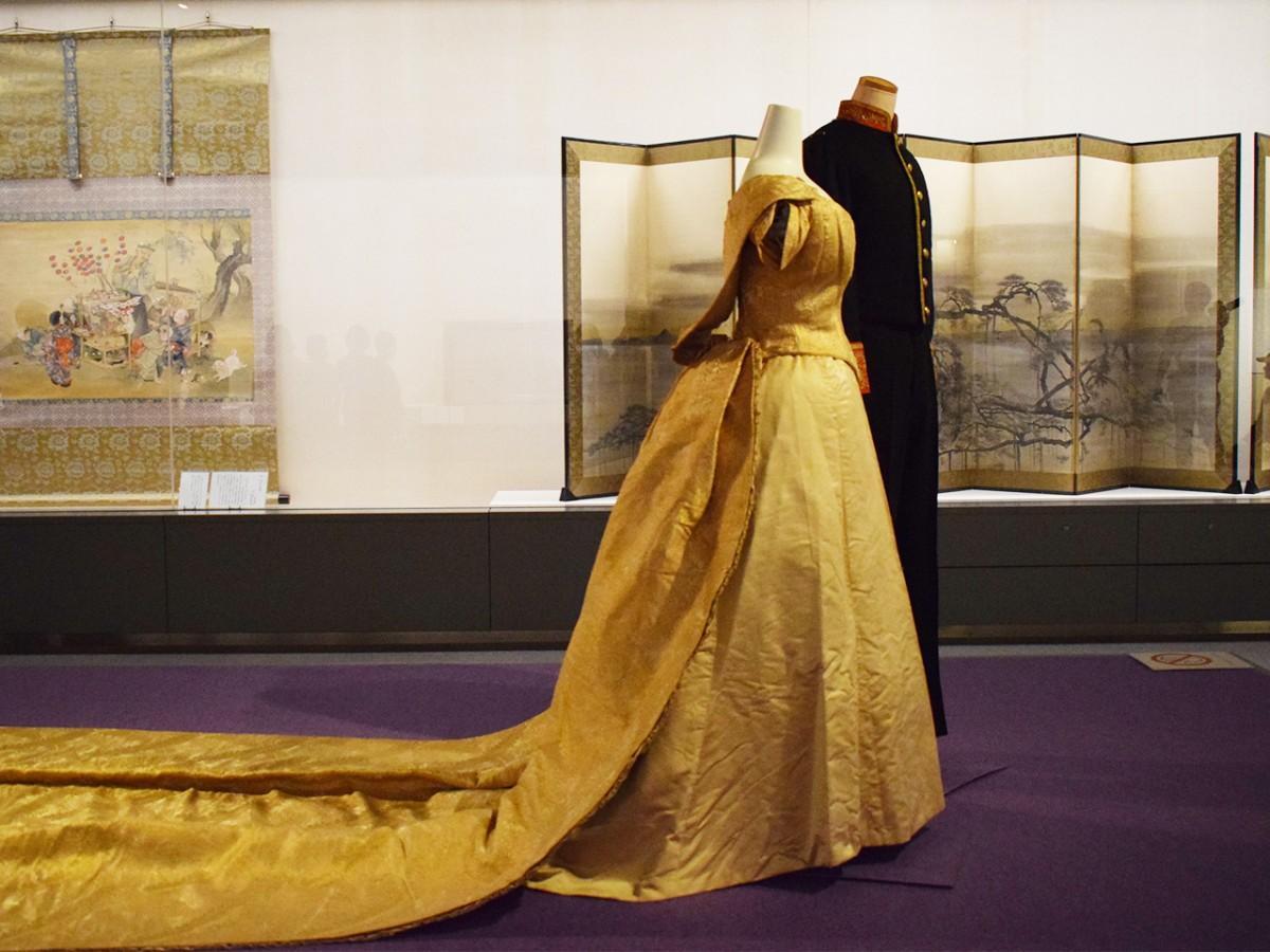 国内初公開の礼服「マント・ド・クール」。長さ約2メートルのトレーン(=裾)が特徴で、明治20年ごろの製作と推定されるという