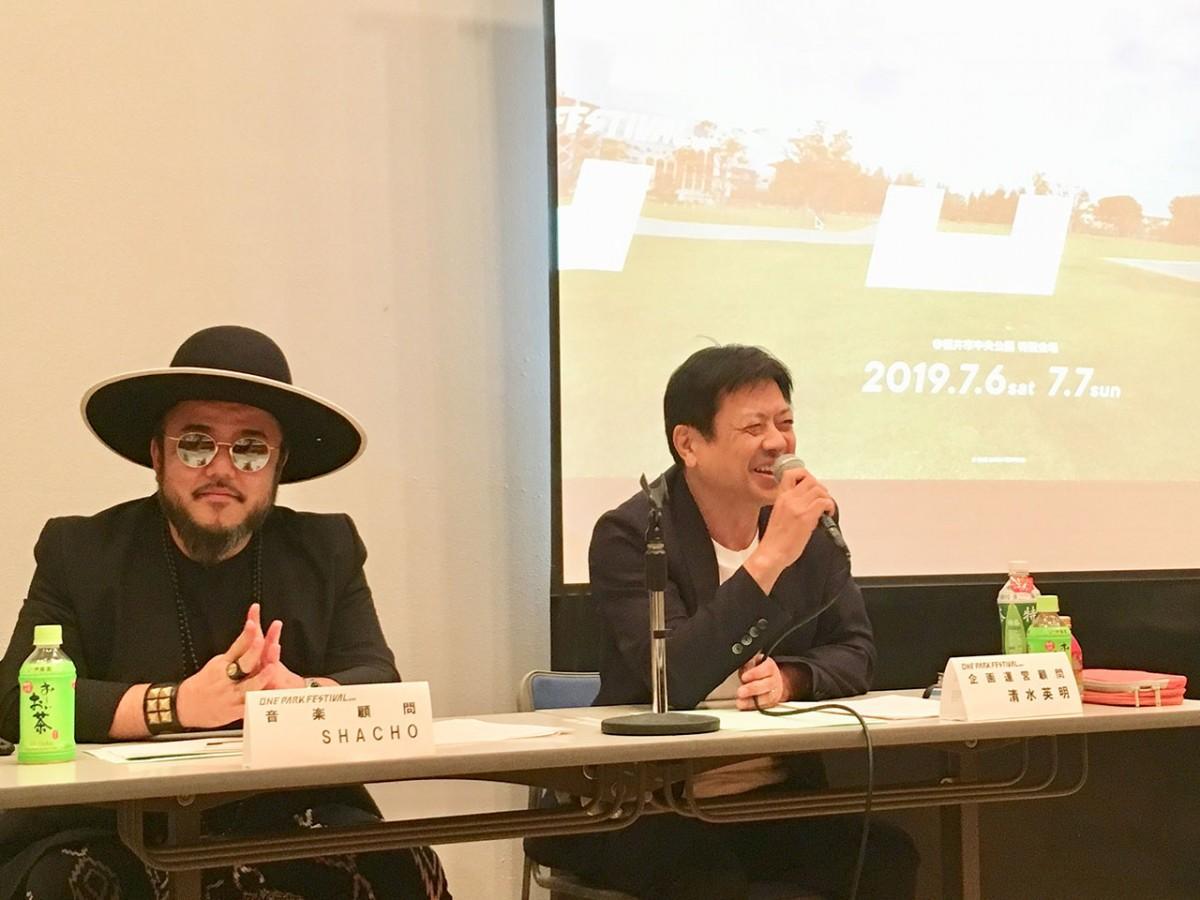 記者会見の様子。音楽顧問の「SHACHO」さん(左)、企画運営顧問の清水さん(右)