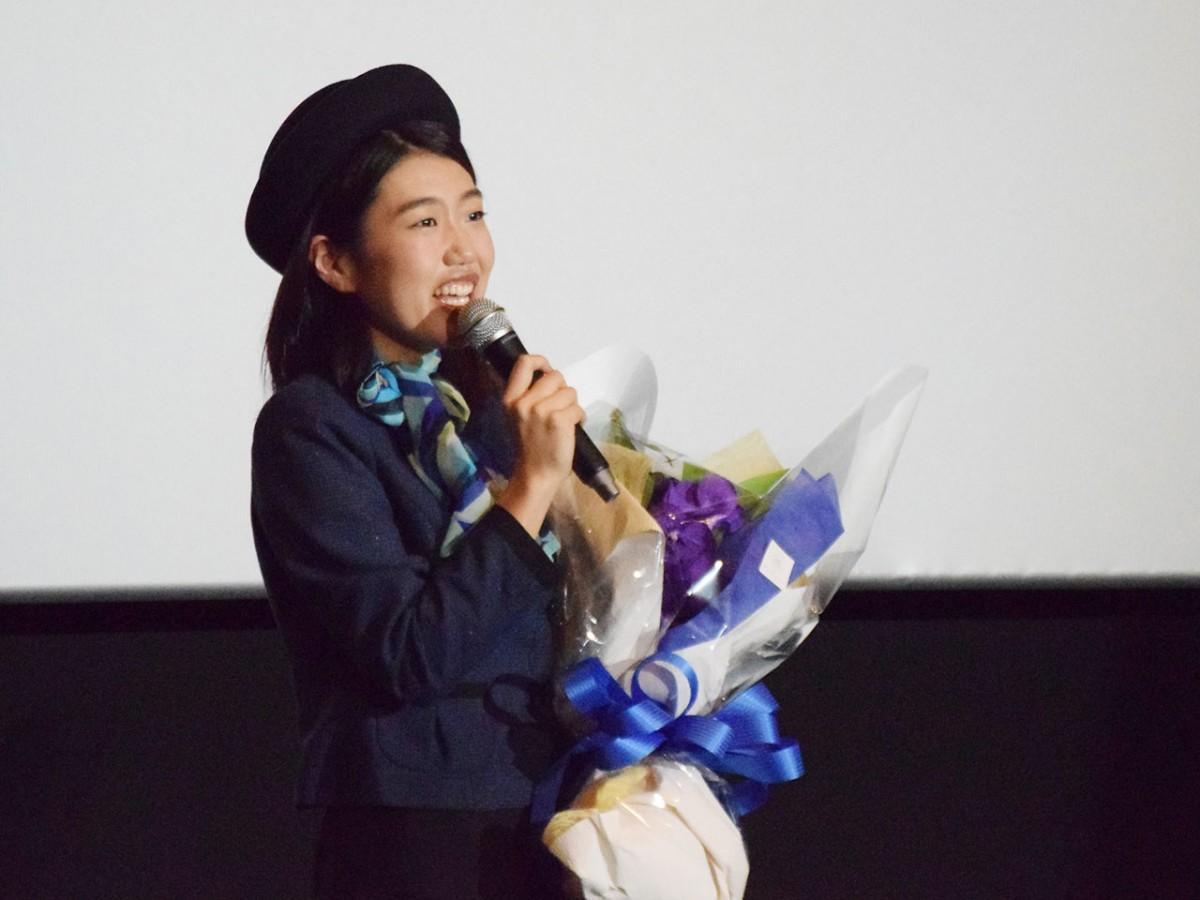アテンダントをイメージしたという花束を手にする横澤さん