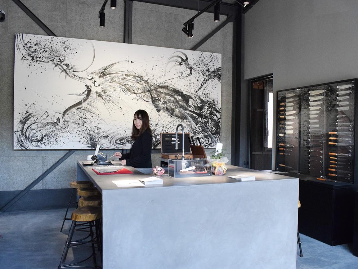 福井を制作拠点に国内外で活動する墨絵画家・西元祐貴さんの作品が掛かる店内
