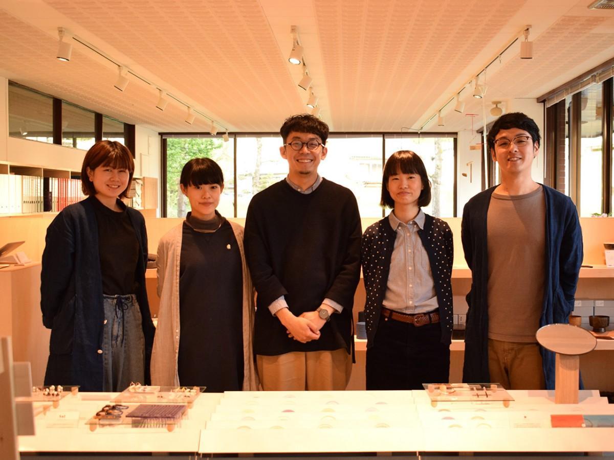 新山さん(中央)ら、施設を運営するTSUGIのスタッフ。オープンに当たり、grafが運営するショップで研修も行ったという