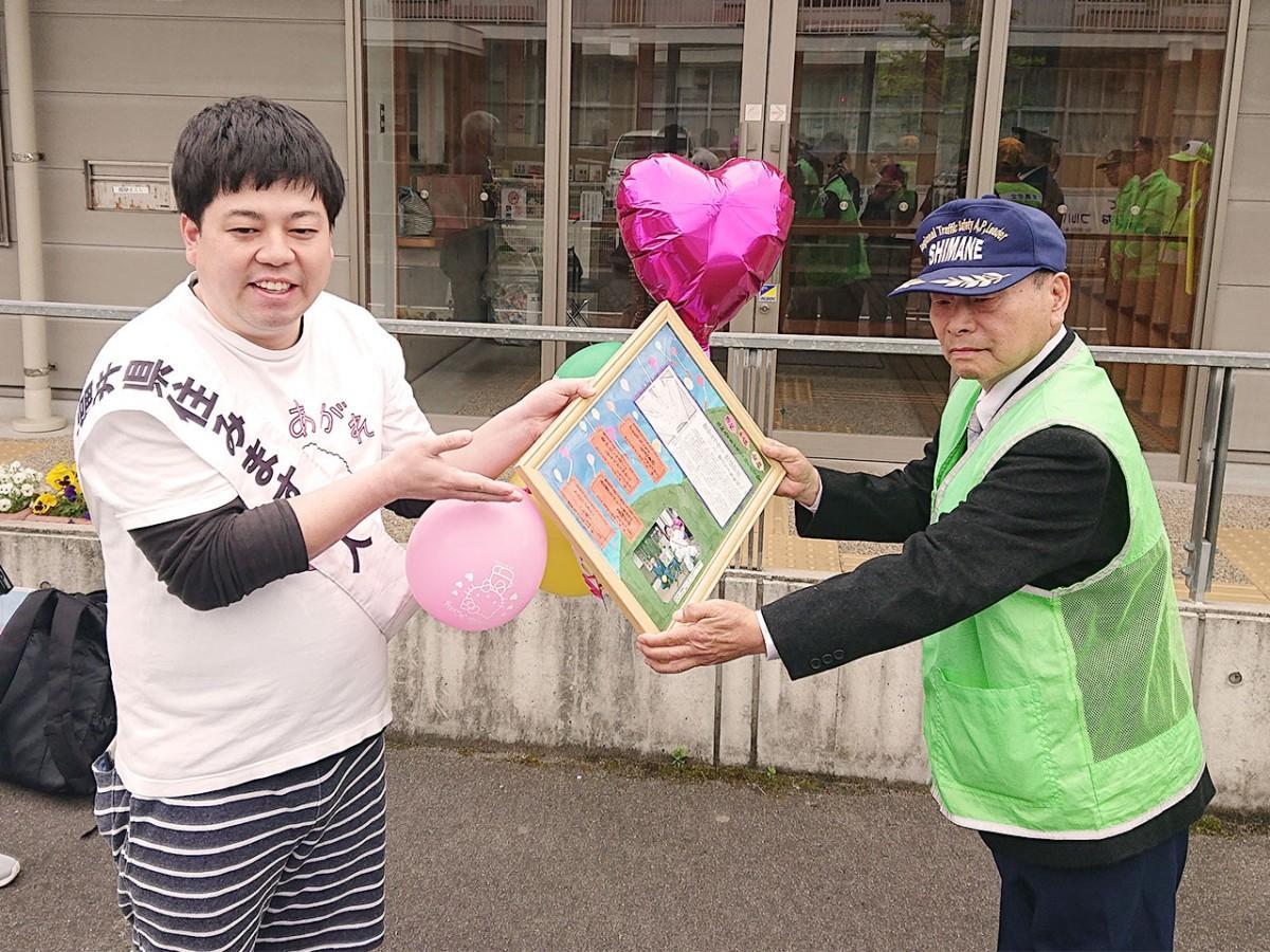 松江市津田公民館で行われた贈呈式の様子