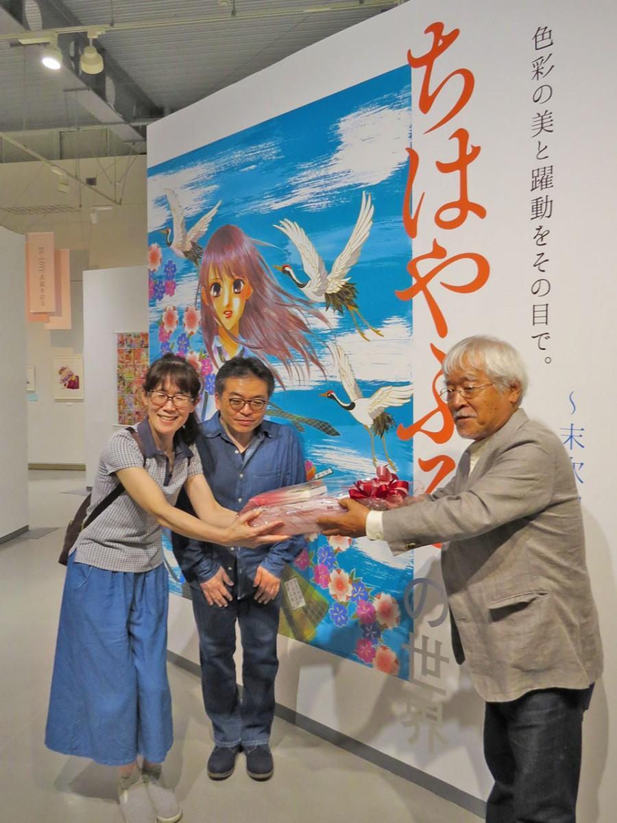 土田ヒロミ館長(右)から記念品を受け取る西内さん夫妻