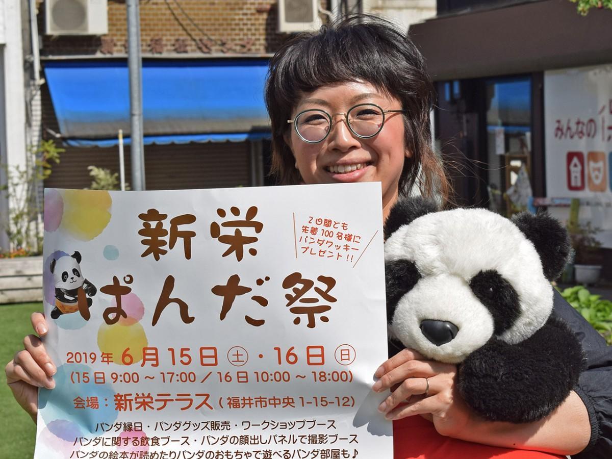 10年前、約2カ月掛け「世界一周ぱんだの旅」を行った宮田さん。「背中のファスナーを開けるとおじさんが出てきそうな、パンダのフォルムが愛らしい」と笑顔を見せる。会場の「新栄テラス」で