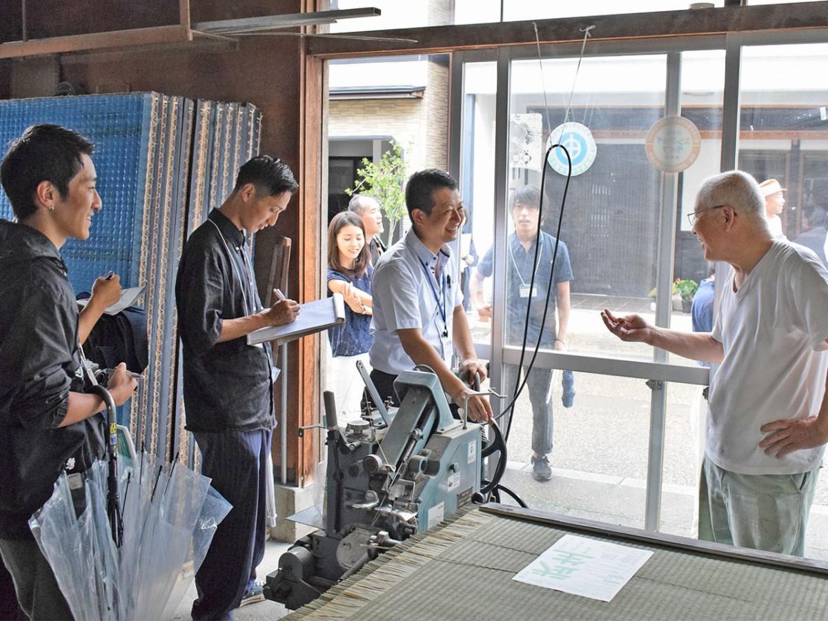 タンス町通りにある畳店で情報収集する参加者