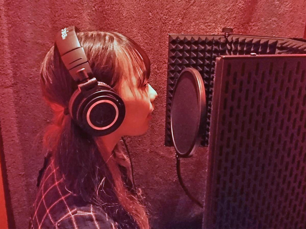 ボーカルの録音に臨むKANAEさん