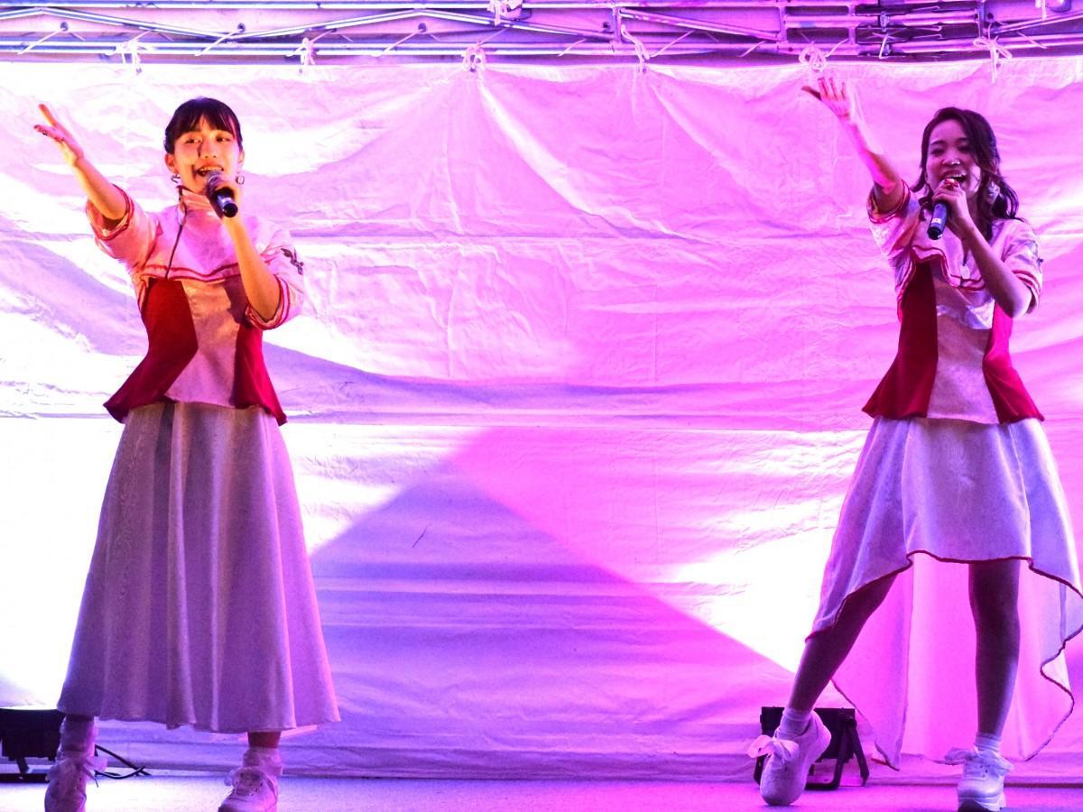 メンバーのKANAEさん(左)、MAIさん(右)。啓新高(福井市文京4)ファッションデザイン科も衣装製作に協力した