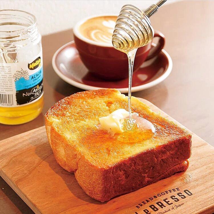 同店の厚切りバタートースト。食パンは卵や保存料などを使わない製法で作り、期間限定メニューも展開する