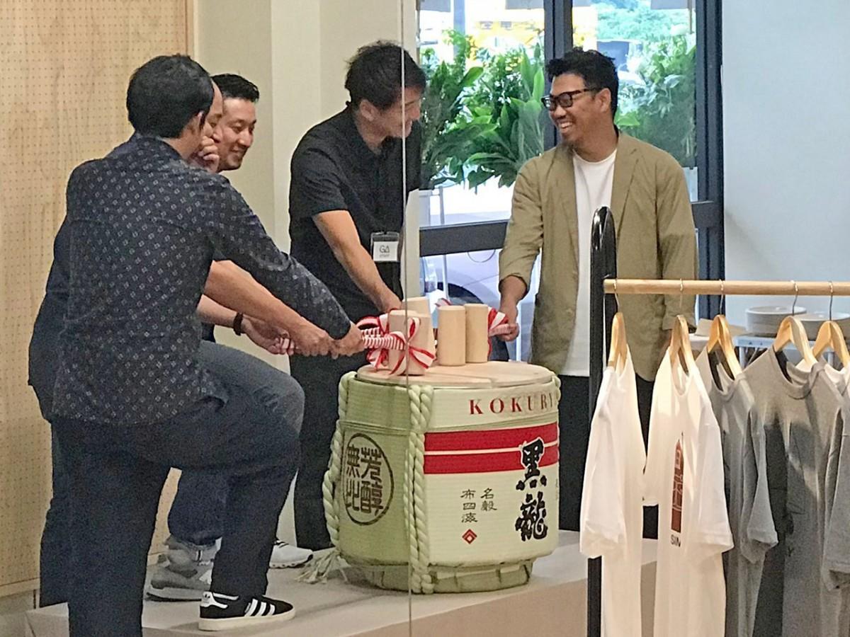 昨年7月、坂井市内のアウトドア専門店での鏡開きの様子