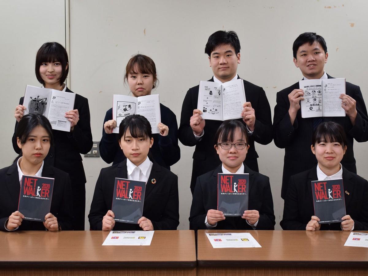 サイバー防犯啓発本を制作した学生グループ「サイバニクス」メンバー(福井県庁で)