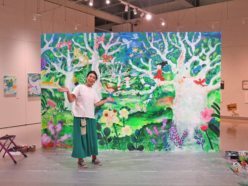 開幕に先立ち、7月30日、展示作家・さいとうかおりさんによるライブペインティングも行われた