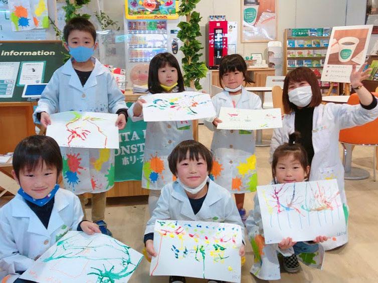 制作した作品を発表する「ホリラボ」受講の児童たち