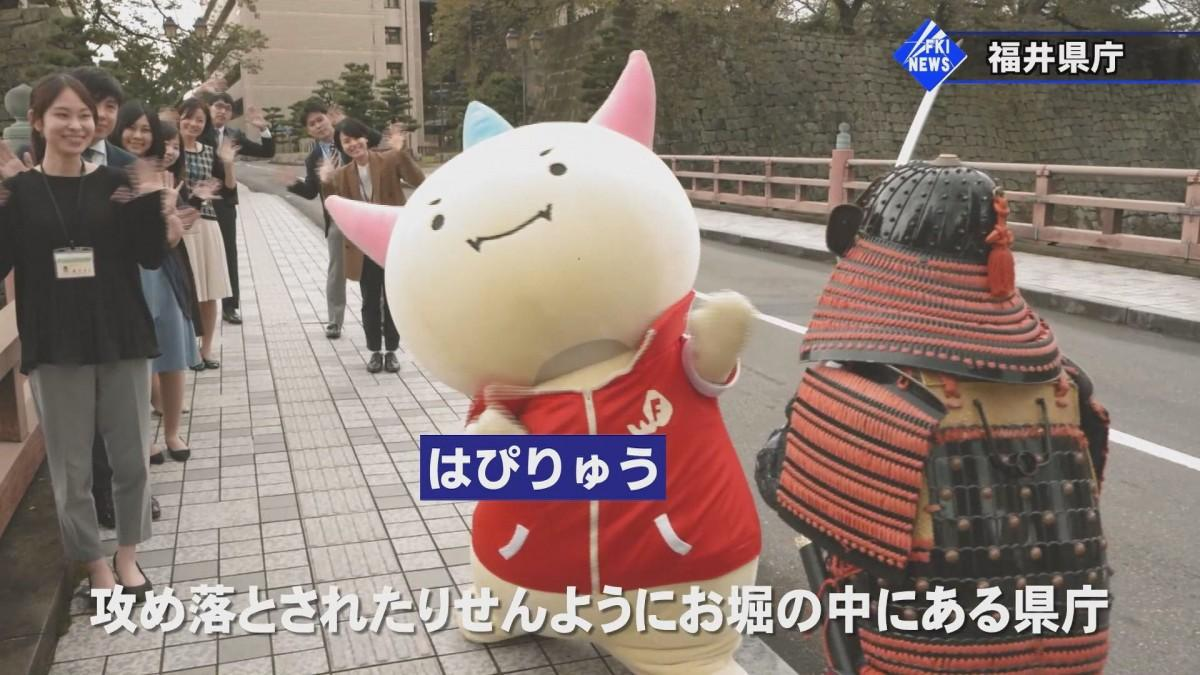 MVのワンシーン。福井県のマスコットキャラクター「はぴりゅう」も出演