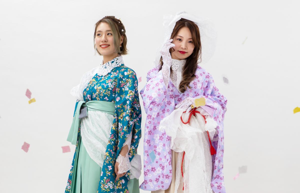 素材に越前和紙を取り入れた衣装を着ける、「MAI」さん(右)と「WAKANA」さん(左)。今年1月、2023年にサンドーム福井(越前市)での単独ライブを行うことを宣言した