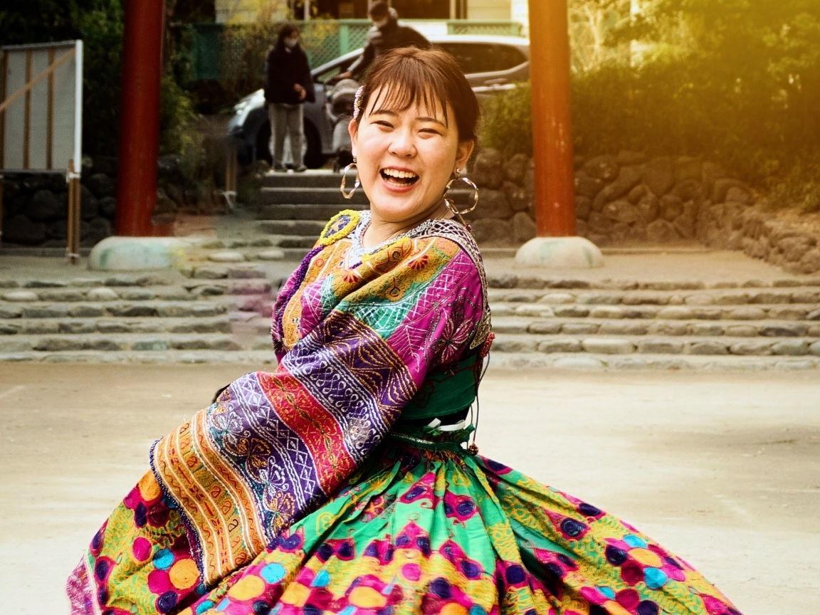アフガニスタンの民族衣装を着けた、スクール代表の松井さん