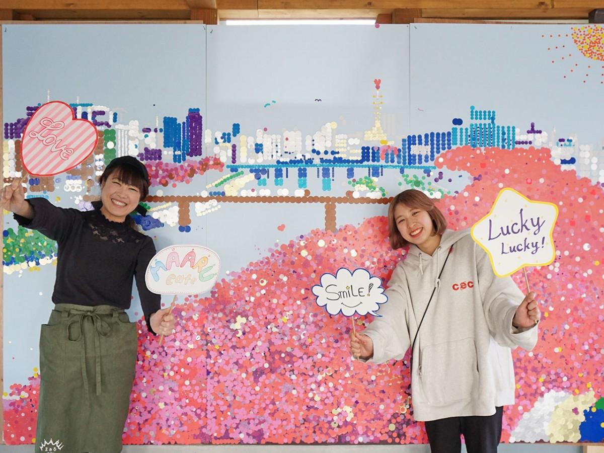 完成した作品と共に笑顔を見せる加藤さん(左)、村上さん(右)