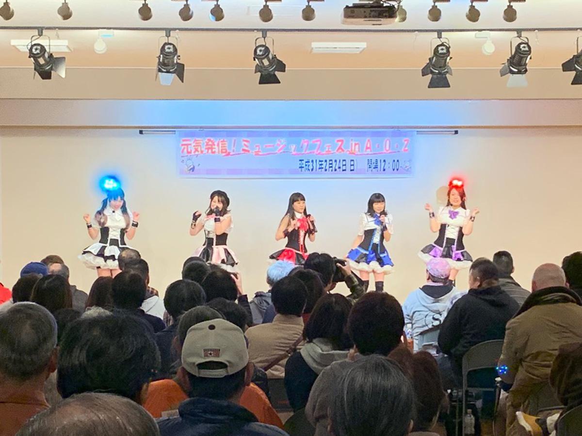 大勢の観客の前で歌う「ゆめいろ流星群」のメンバー