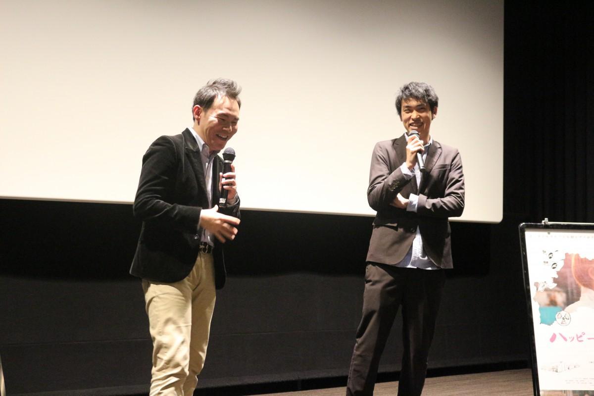 舞台あいさつで笑顔を見せる渡邊裕也監督(右)