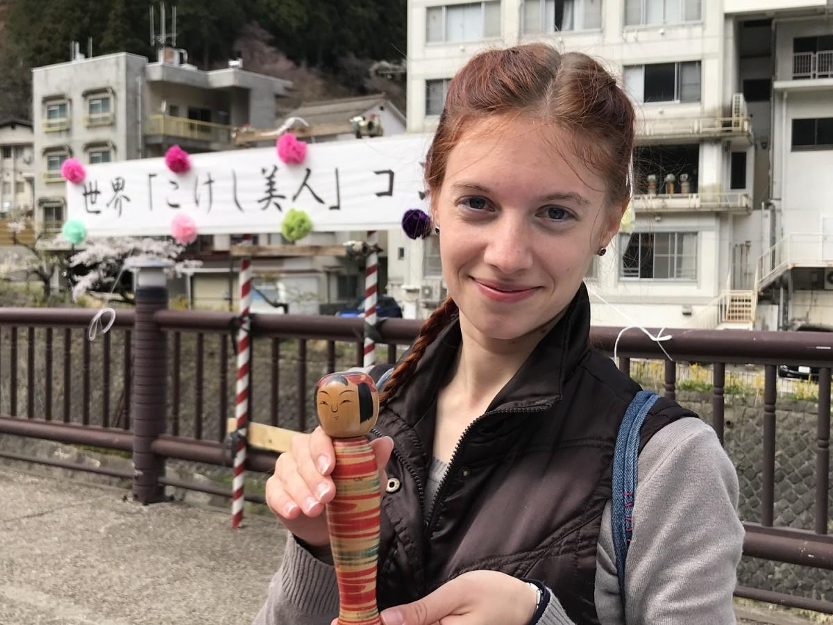 「土湯こけし祭り」初開催となった「世界こけし美人コンテスト」で優勝したネデブ・ゴタさん