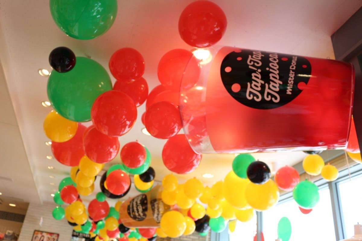カラフルな風船で彩られた店内