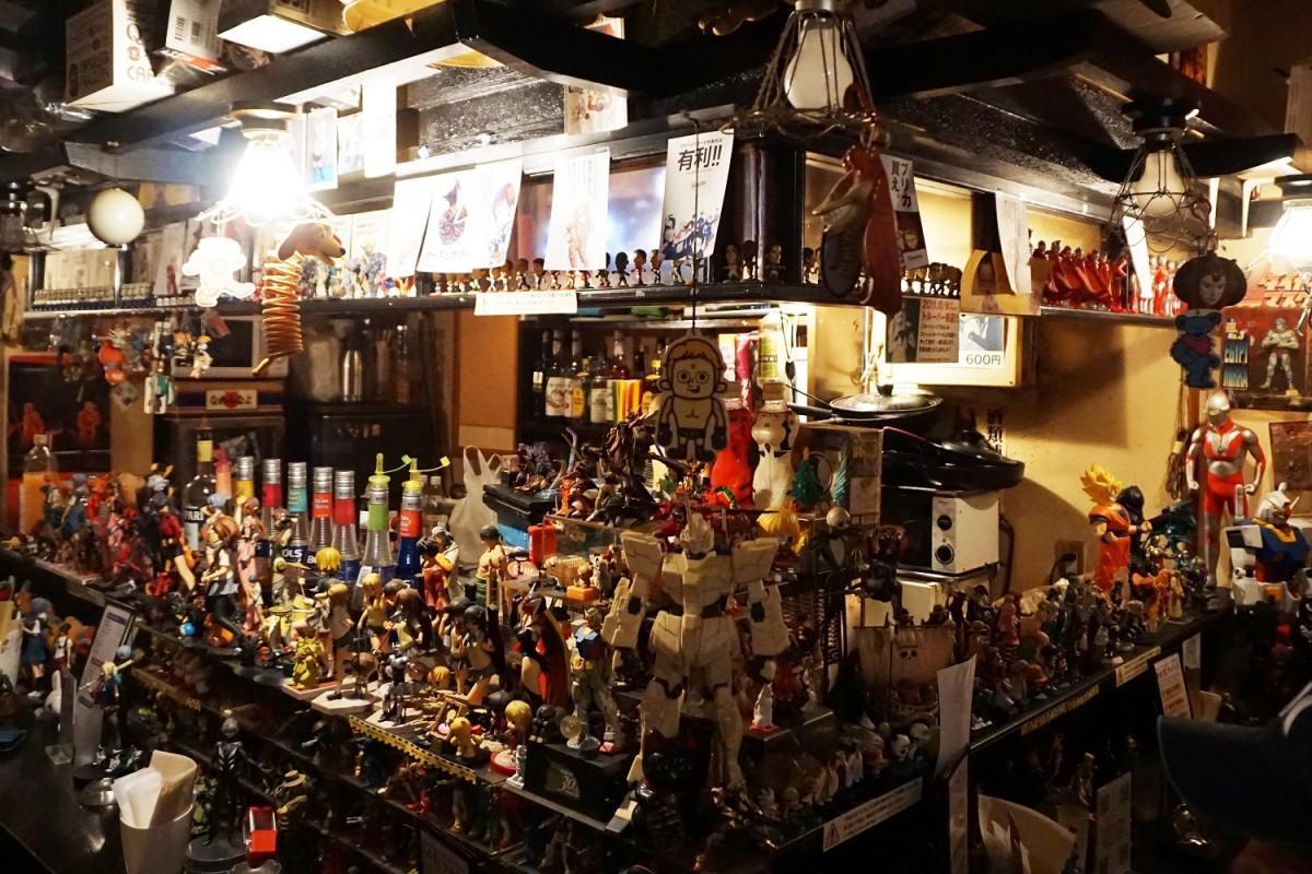 昭和時代から集めたフィギュアなど約等1000体が所狭しと飾られている店内