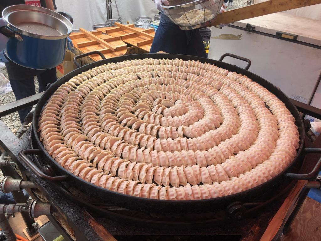 直径120センチの特製鍋に並べられた500個のギョーザ