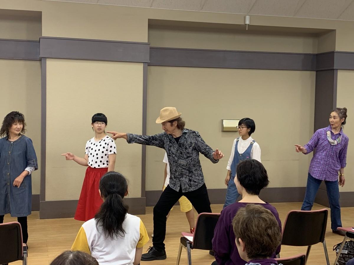 参加者にダンスの指導を行う沢木さん(中央)