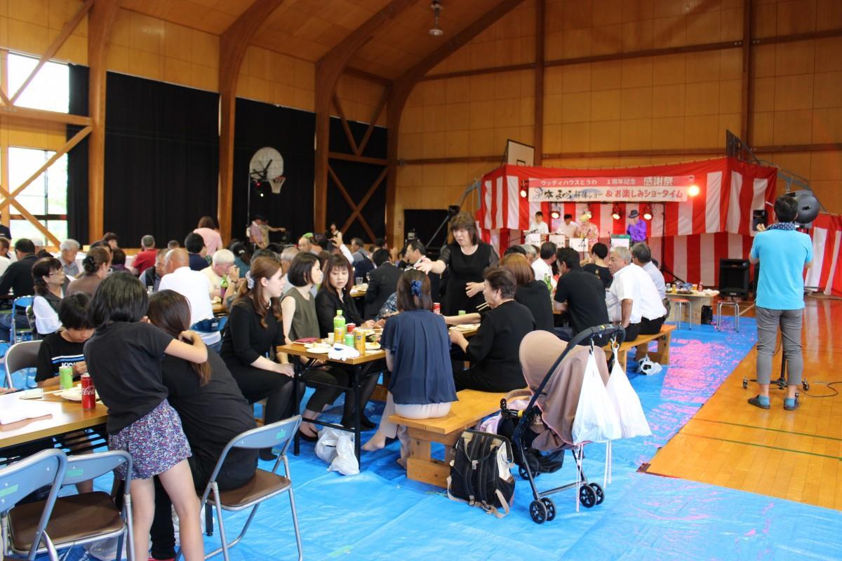 1周年記念祭に集まった観客
