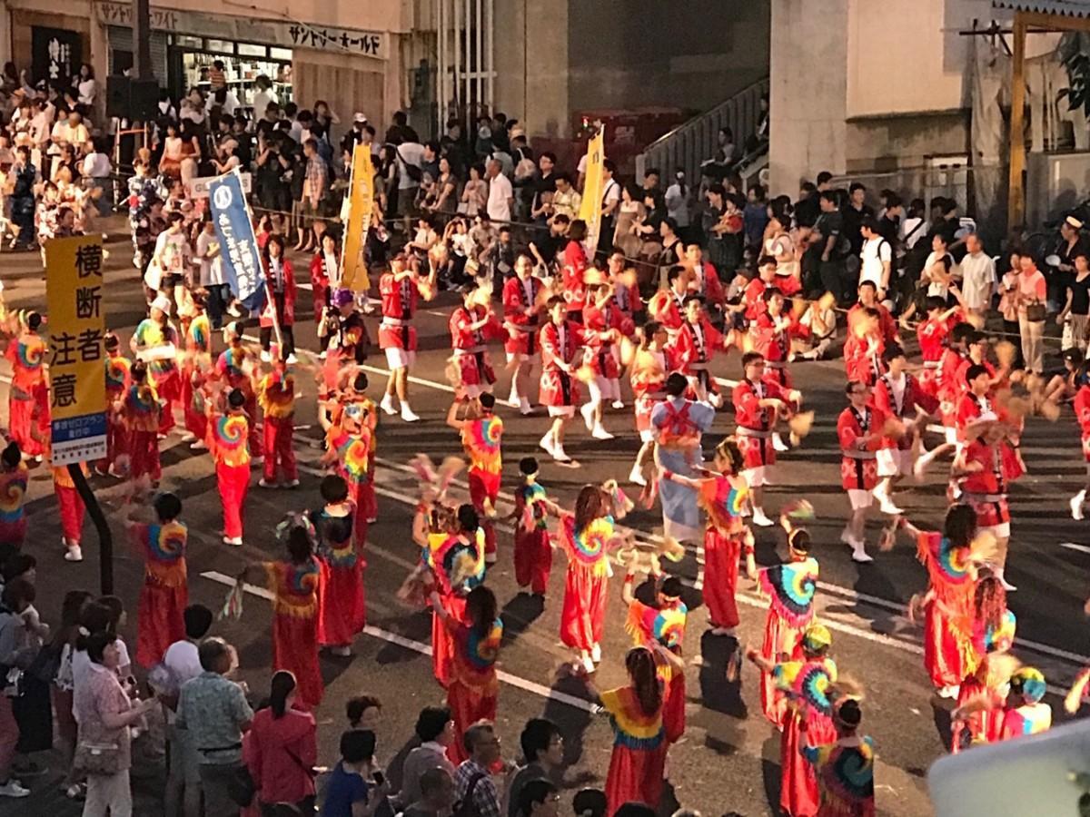 最後のお披露目となる「平成わらじ音頭」で踊る「わらじ踊り」には約2600人が参加