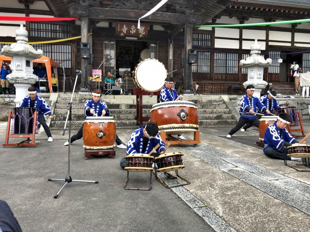 勇壮な演奏を披露する山木屋太鼓のメンバー