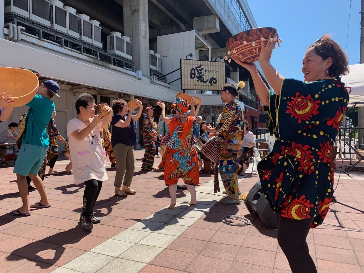観客も参加し、アフリカの民族楽器を手に踊る様子