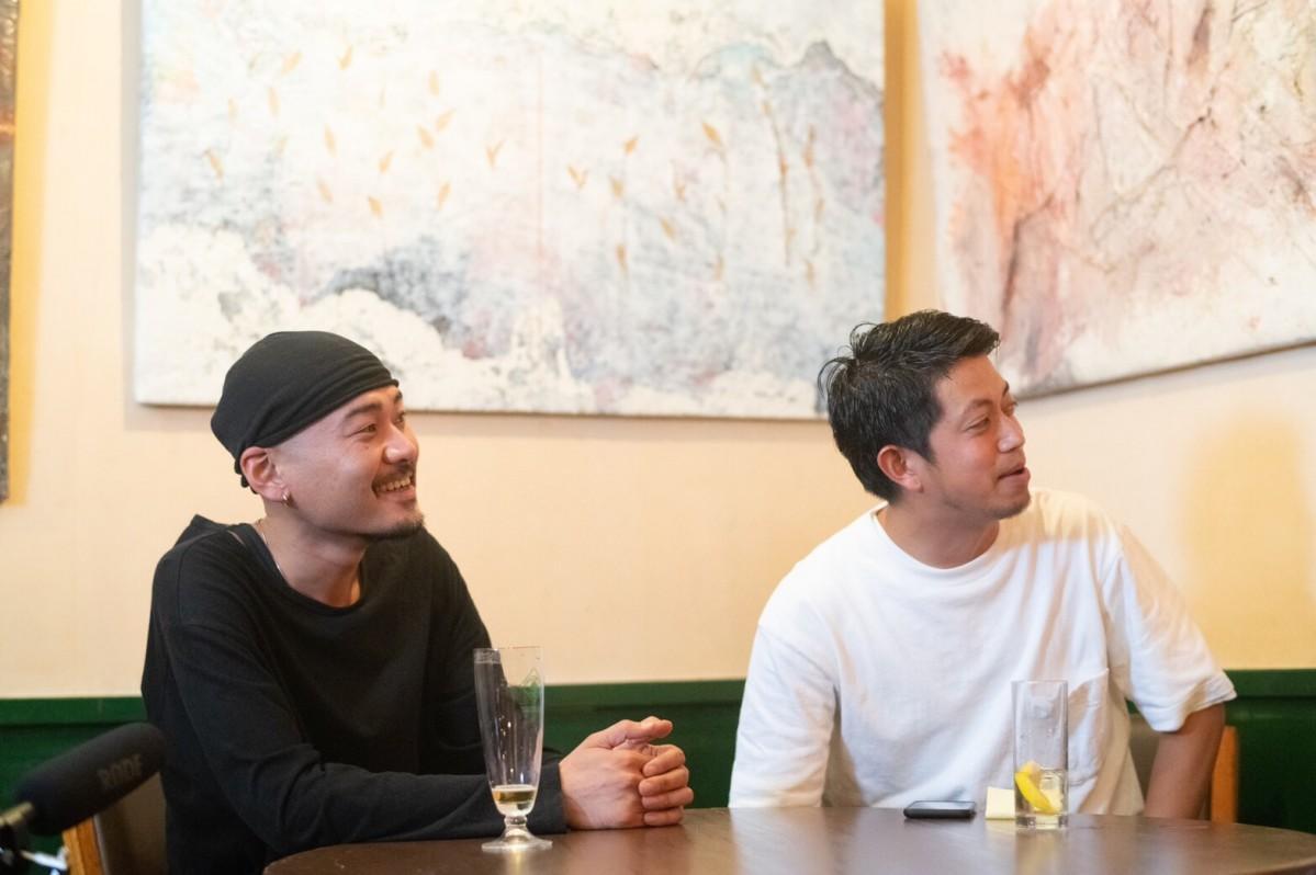 トークセッションで笑顔を見せる二宮新太郎さん(左)