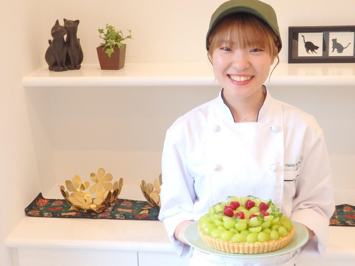 「ケーキで皆さんを笑顔にしたい」と話すパティシエで店主の中村真友さん。