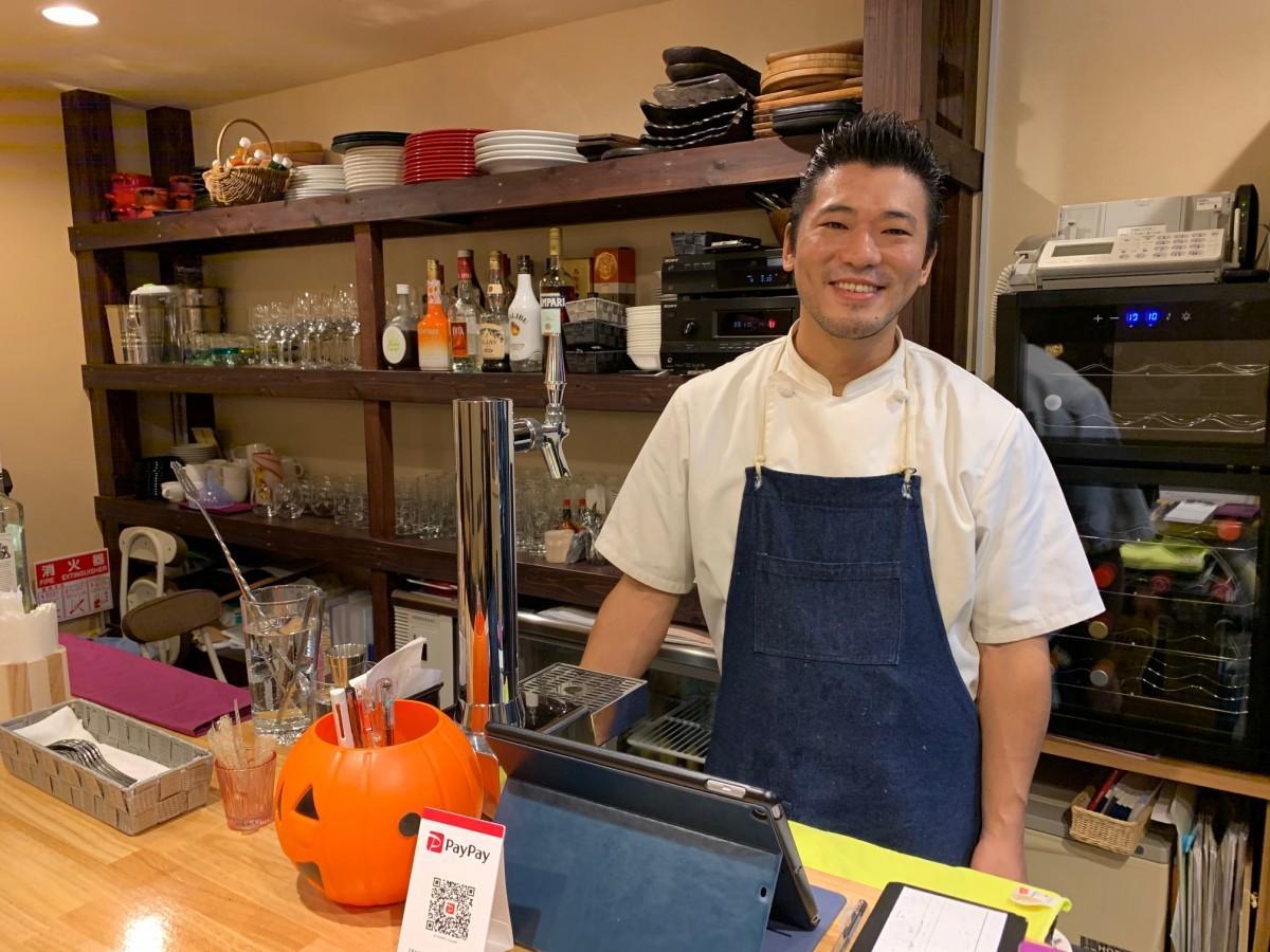 開店から1カ月を迎え笑顔を見せる「cucina(クッチーナ)」店主の長尾玄吾さん