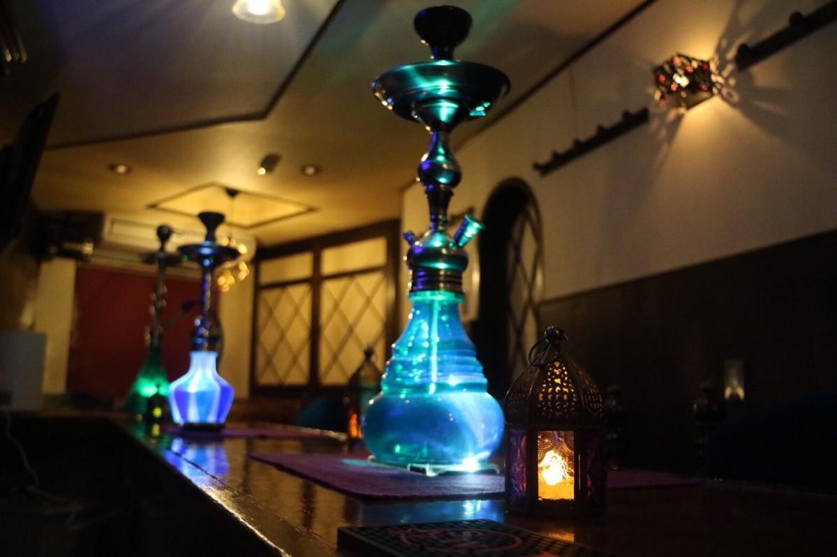 シーシャとも呼ばれる水タバコを吸いながらお酒を楽しめる店内