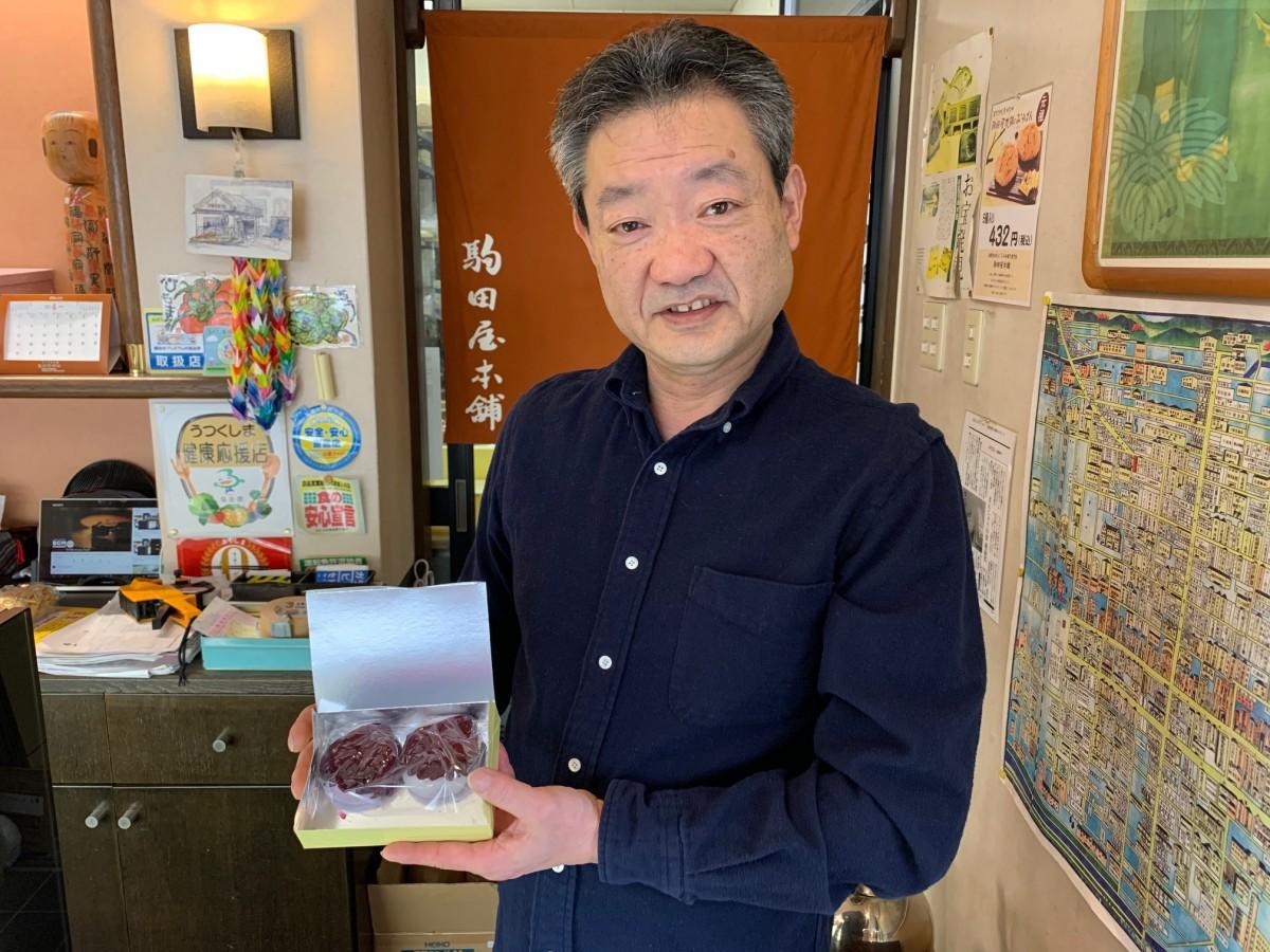「矢の餅」を手に笑顔を見せる「駒田屋本舗」の渡邊浩光さん