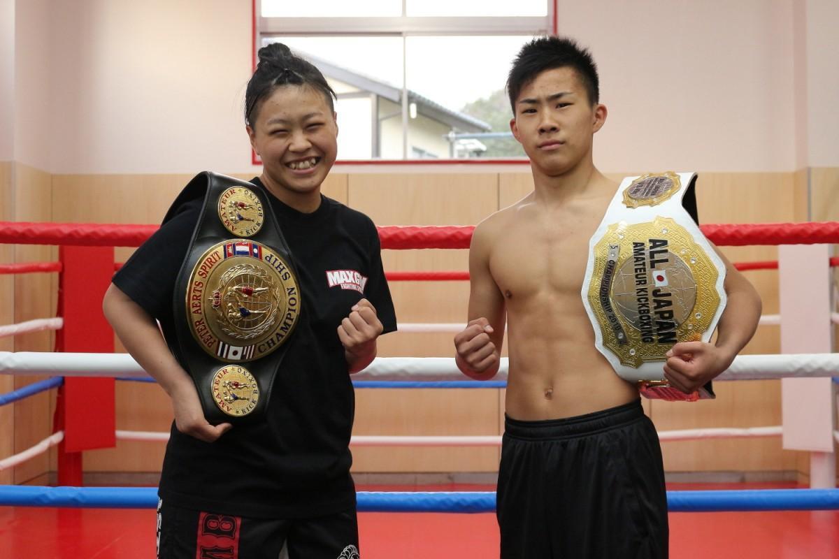 ベルトを肩に掛けオープンを喜ぶ山崎岬さん(左)と湊さん(右)