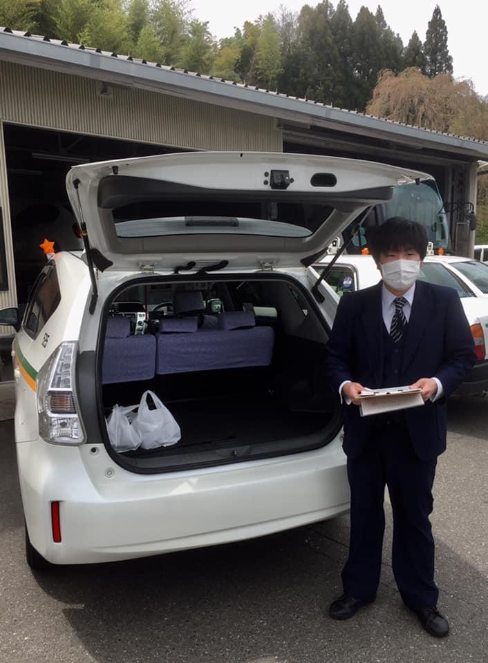 飲食店から商品を受け取り、タクシーが利用者の元へ届ける