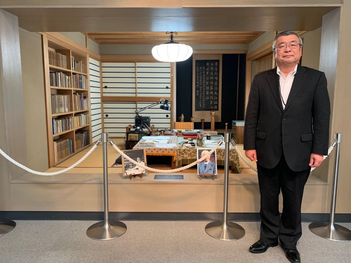 古関裕而の書斎を再現した展示スペースに立つ「古関裕而記念館」の村上敏通館長