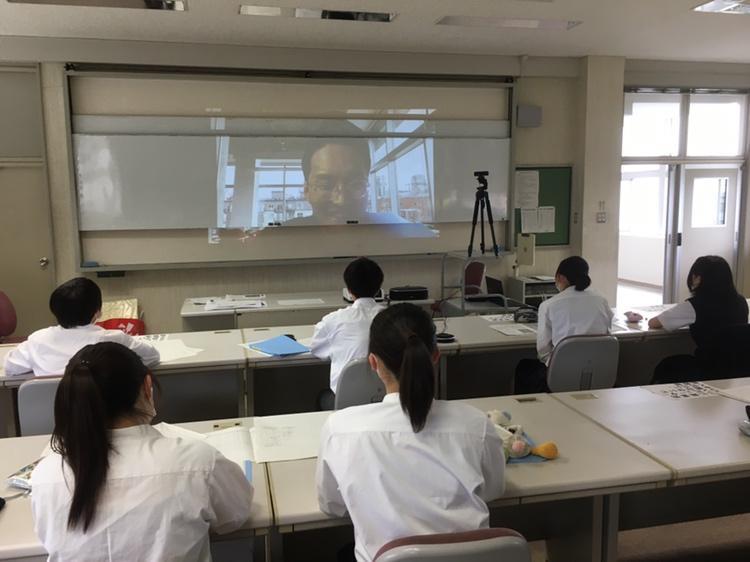 東京とオンラインでつないだ授業に臨む生徒