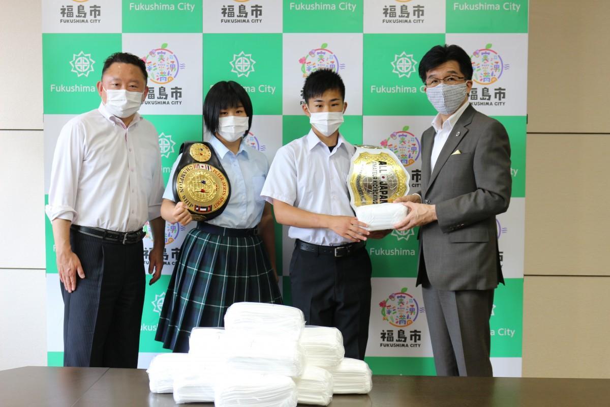 木幡浩福島市長(右)にマスクを手渡す山崎湊さん(中央右)と山崎岬さん(中央左)、県議会議員の大場秀樹さん(左)