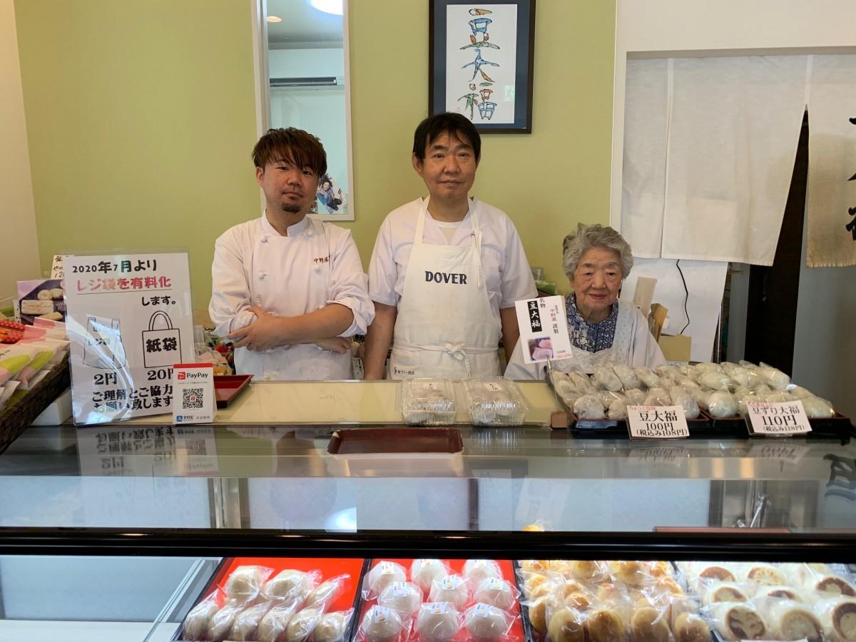 カウンターに並ぶ店主の早坂吉弘さん(中央)、長男・知弥さん(左)、母・豊子さん(右)