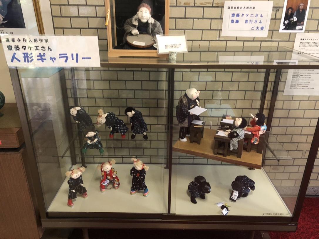 福島市立蓬莱(ほうらい)小学校に展示されている人形