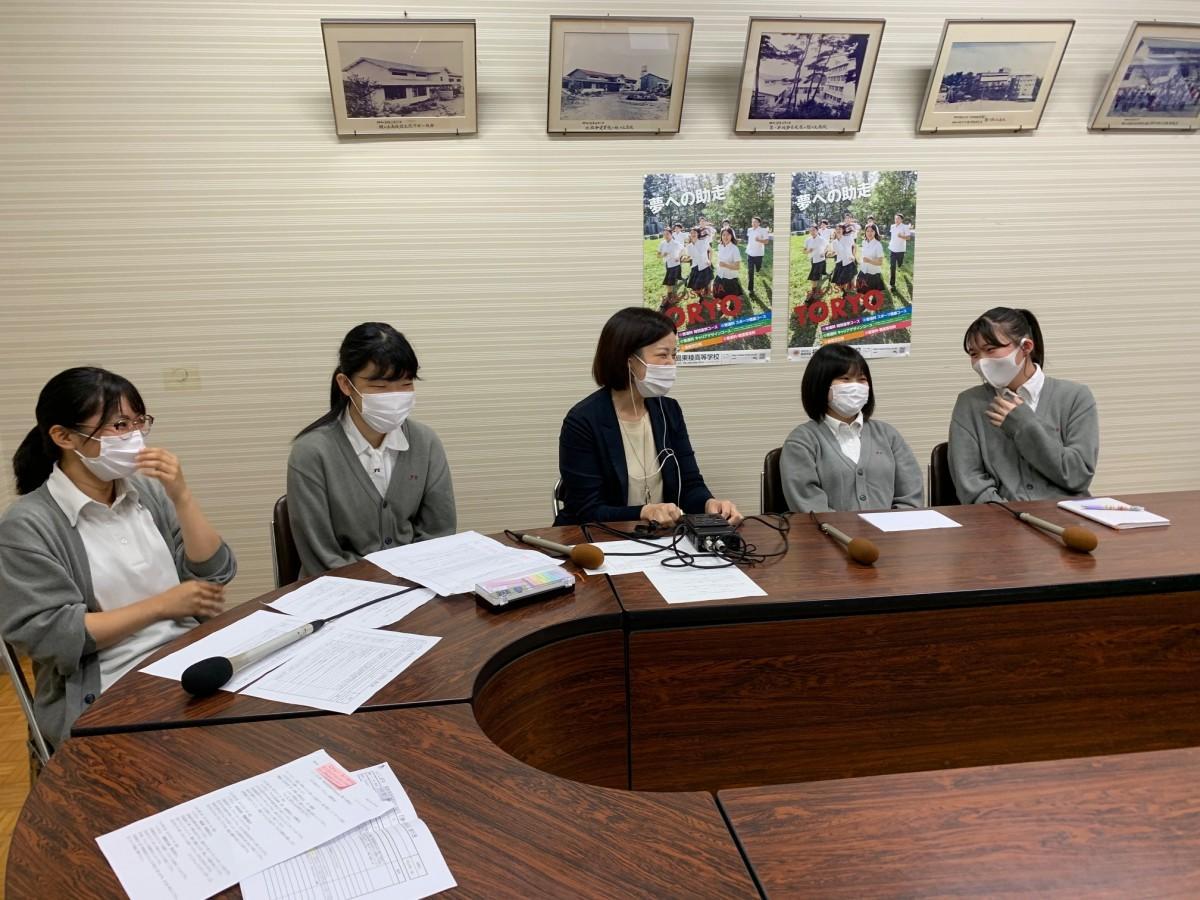 収録に臨む東稜高校の生徒らと「ふくしまFM」の矢野真未アナウンサー(中央)