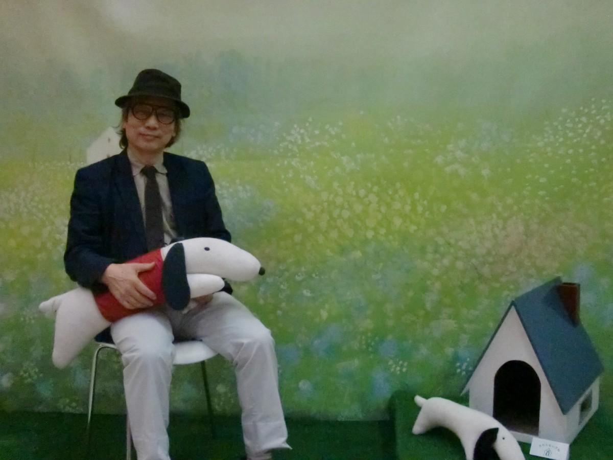 「ジェイクシリーズ」として知られるジェイクを抱く葉祥明さん