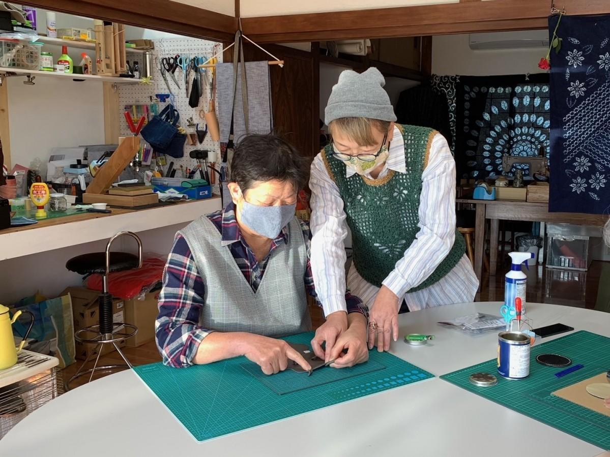 ワークショップで革細工を教える店主の梅津千代子さん(右)