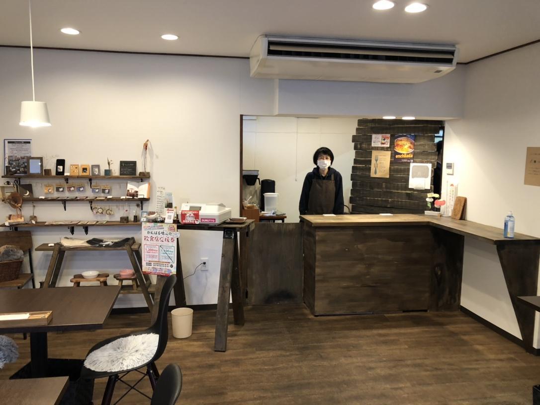 カウンターに立つ店主の川井さん
