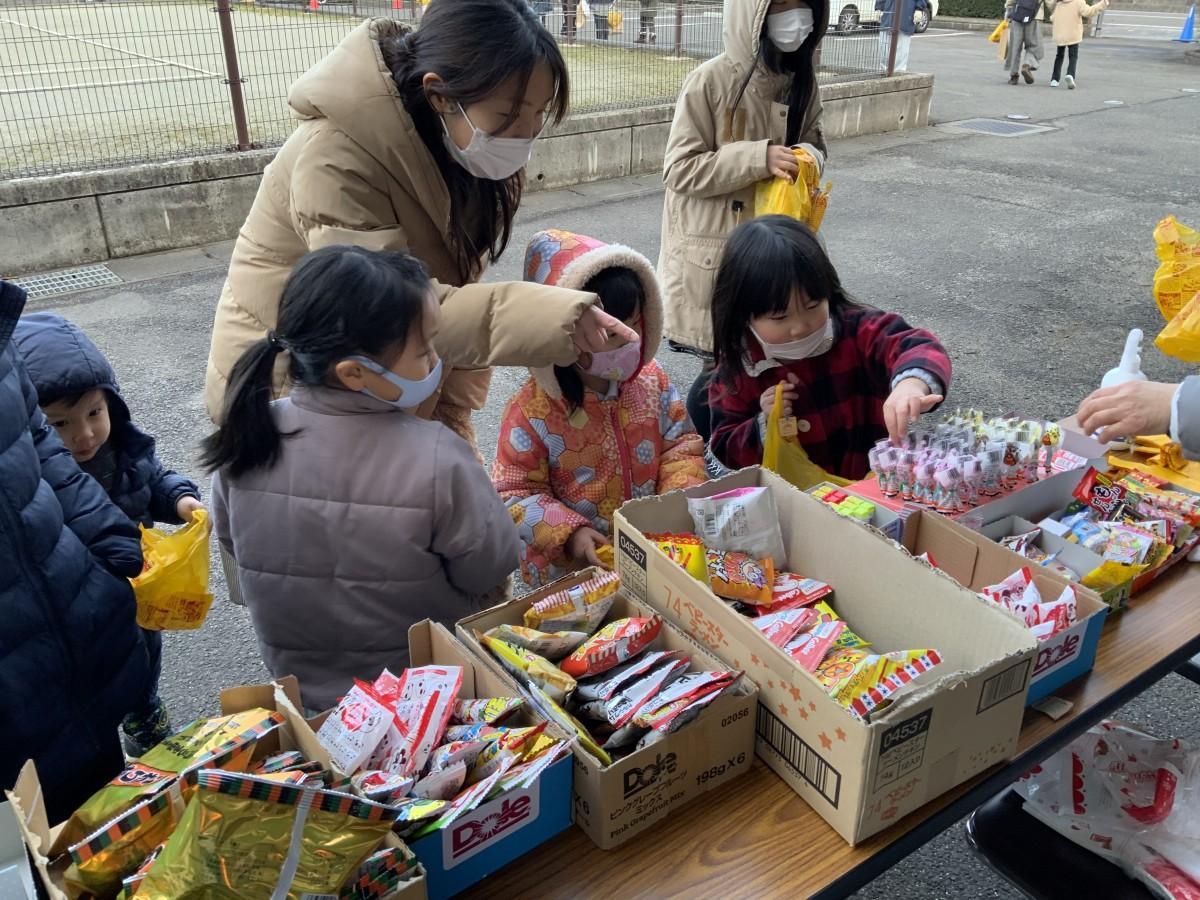 参加した子どもらがお菓子を選ぶ様子