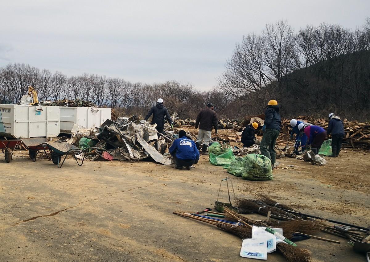復旧のため、倒壊したコースと建物の残骸を仕分けする「エビスサーキット」のスタッフら